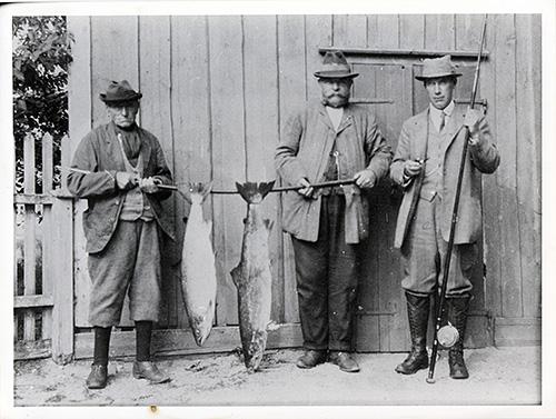 Frå venstre: Lord Sefton, ein ukjend, Oliver H. Jones, den sistnemnde hadde 7 hundar i Kvinesdal. Han gjekk til vanleg i kvite bukser.